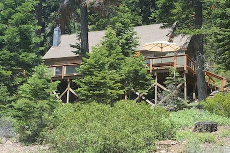 Cabin with loft, great location near Tahoe City - Hytte