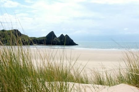 Gower cottage with amazing views & log fires - Hus