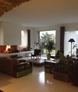 Maison avec jardin,piscine,tennis. - Ev