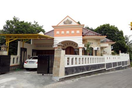 Nariska Suite Homestay Yogyakarta, 3BR for family - Gamping - Hus