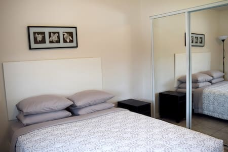 Modern studio in Hamtramck. Queen bed - Apartamento