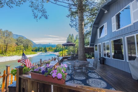 Riverfront 2BR near Stevens Pass - House