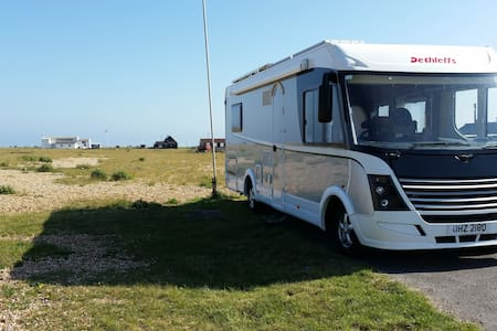 Motorhome on driveway with house facilities - Autocaravana