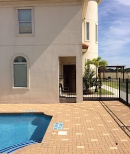 CONDOMINIUM WITH POOL, GREEN AREAS - McAllen - Wohnung