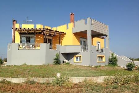 LUX ΜΟΝΟΚΑΤΟΙΚΙΑ  ΣΕ  ΚΤΗΜΑ 4,5 ΣΤ - Skala Kallonis - House