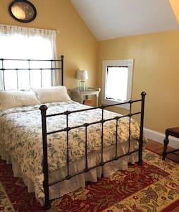 Charming room, in hip JP near The T - Boston - Bed & Breakfast