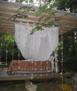 fantasy outdoor bedroom - Quathiaski Cove - Apartemen