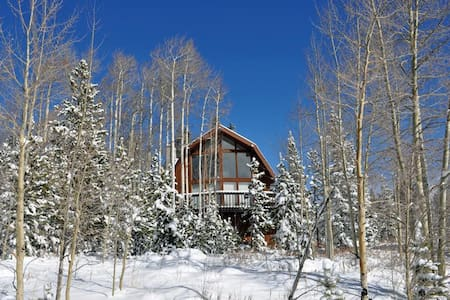 WILDFLOWERS CHALET: 3 Bed/2.5 Bath Home, Mountain Views, World Class Skiing Nearby, W/D, Indoor HT - Maison