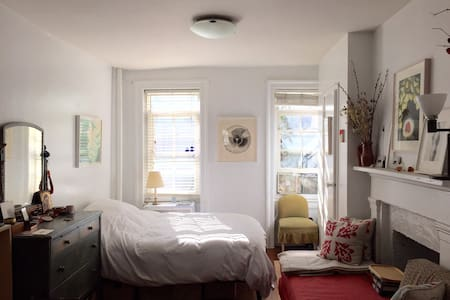 Perfect, cosy haven in the midst of the city. Quiet and bright, it offers easy access to public transportation and numerous nearby amenities like great restaurants and shopping. A few blocks from the Hudson River and the West side park.