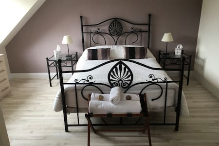 Contemporary Room and Ensuite - Neston - Bed & Breakfast