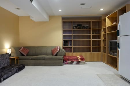 Fully Furnished Basement Apartment - Byt