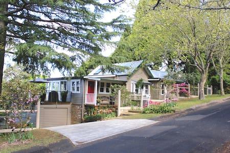 Kookaburra Cottage & romantic garden - House