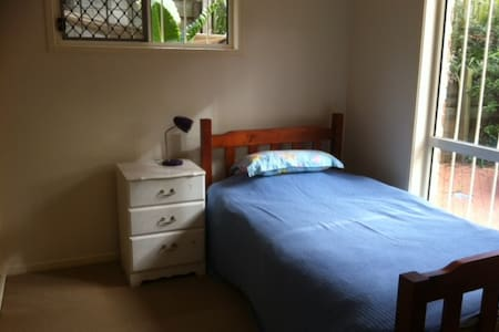 Single bed in Aussie home - House
