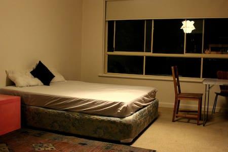 Spacious room + park + bus stop = - Apartmen