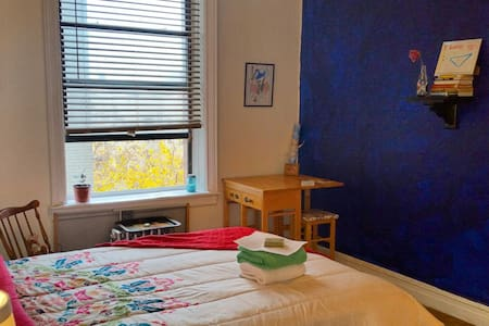 A creative oasis: Peaceful, sunny, art-filled. Private room w/ Brand new full bed/bedding next to big bathroom. Fresh Coffee & spacious apt. Great location: QB Cortelyou Rd. Near restaurants, cafes, bars, trains, Prospect Park, beach. Tree view!