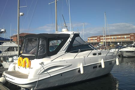 Luxurious motor cruiser sleeps up to 7 guests - Hartlepool
