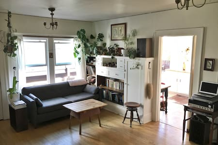 Beautiful, Sunny Studio W/Deck - Portland - Apartment