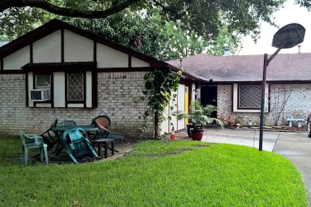 Family Home with spacious living room - Deer Park - Hus