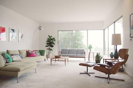 Mid-Century Modern House - Room 1 - Ev