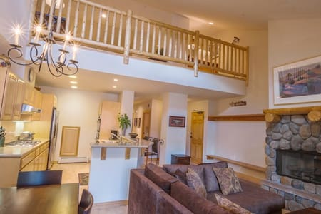 3 bedroom, 3 bath - sleeps 9 - 2172 Sq. Ft. - no pets - wireless internet - master: queen, 2nd master queen; 3rd bedroom two single bunks, loft: full sofabed. Top floor condo. Short walk to village and ski lifts. ~Luxury***