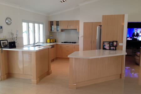 Luxury 4 Bedroom Home 6 People - Mooroobool