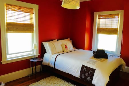 Modern, Bright, & Cosy Private Room - Somerville - House