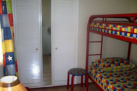 Single room in relaxing guest house - Oistins - Casa