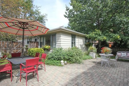 Beautiful Central Oak Park 2-bedroom Coach House - Chambres d'hôtes