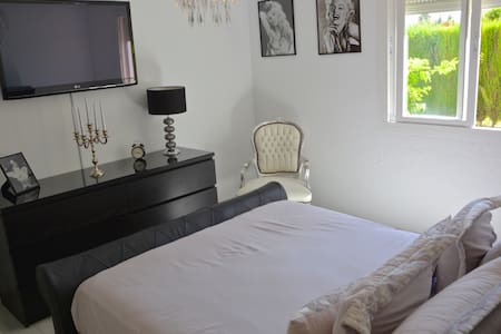Comfortable double room & bathroom - Estepona  - Haus