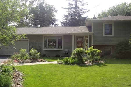 Personable Home in Charming Town. - Oconomowoc - Haus
