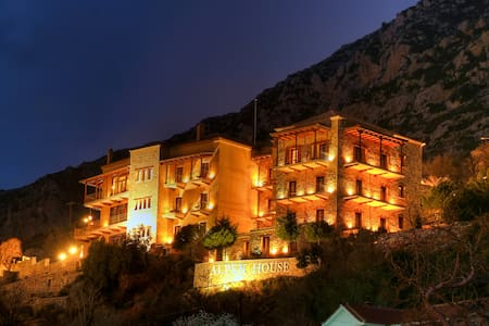 Alpen House Hotel & Suites - Arachova - Bed & Breakfast