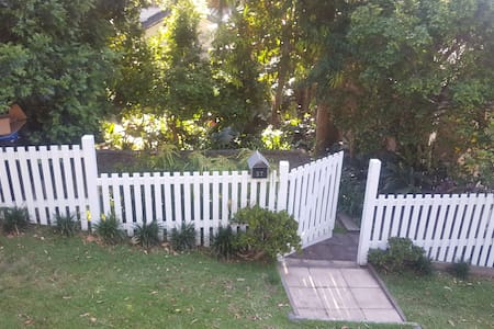 Sunny private room close to transport and shops - Manly - Haus