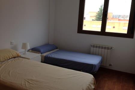 ÁTICO CON HABITACIÓN CON BAÑO - Apartment