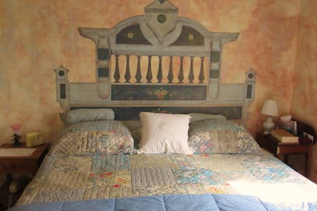 King Bedroom in Charming Farmhouse! - Bed & Breakfast