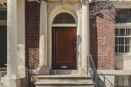 Condominium in historic Mt Vernon rowhouse. - Baltimore - Condominium