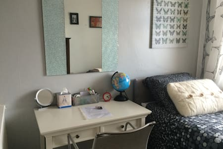 1. Stylish room in popular Chorlton - Stretford - Bed & Breakfast