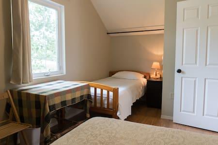Cozy rural art retreat in Rosebud! North Bedroom. - Rosebud - Maison