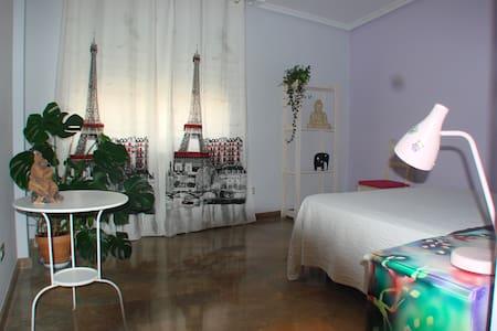 Amplia habitación con desayuno - Teruel