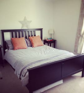 Lovely bedroom in apartment - Eastleigh