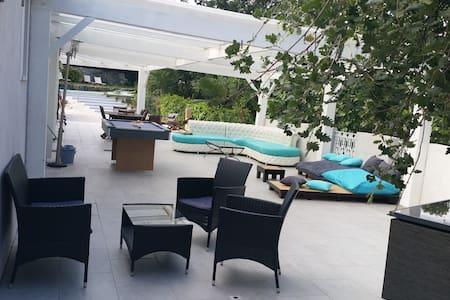 chambre dans villa, terrasse, piscine - Gattières - Villa