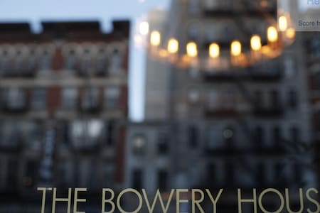 Hi, I'm offering a prince room(with a queen bed) at the bowery house. Due to some inexorable reasons, me and my bf wouldn't be able to go there during the specific time. The room is fully pre-paid through booking.com.