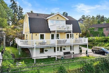 Small B&B room in family villa in southern suburbs - Huddinge - Bed & Breakfast