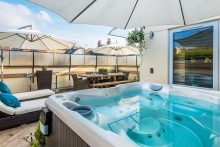 Luxury Penthouse with PVT Hot Tub - Whyteleafe  - Apartment