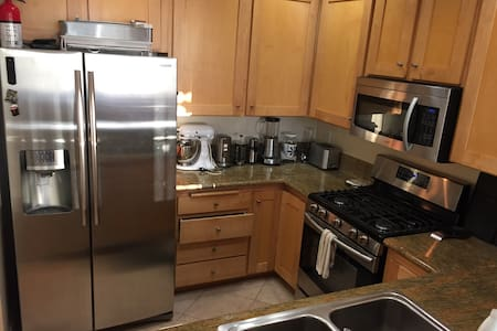 Cool, Calm & Convenient (2 Bed, 2 Bath + Parking) - Los Angeles