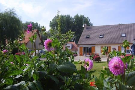 """Chambre d'hôtes """"Dalhia"""" à la Campagne - Bourthes - Apartemen"""