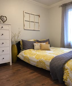 Charming bedroom with private bathrooms - Ház