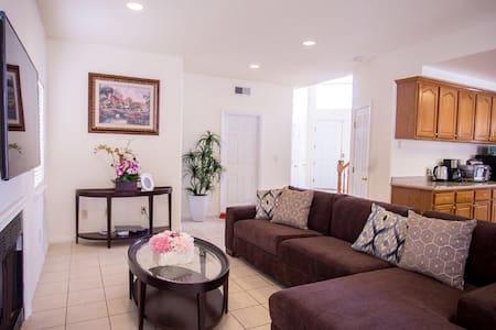 Luxury Disneyland home 5 beds, 3 baths sleep 15 - Ház