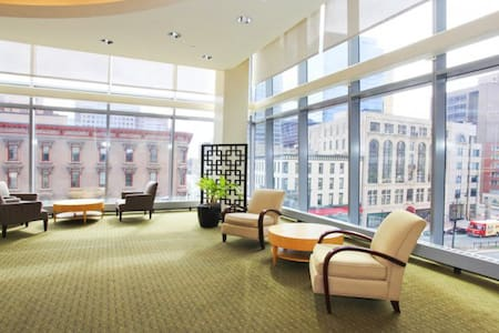 Beautiful master bedroom at Hartford on 26th Floor - Lakás