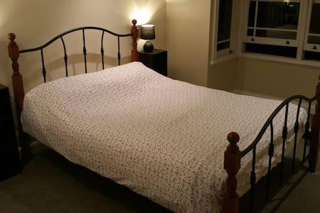 Beautiful room sleeps 2 - Bed & Breakfast