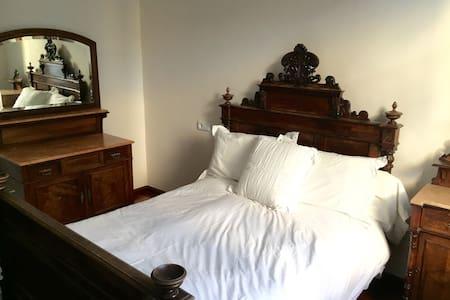 Bedroom near Gaudi's buildings - Apartment